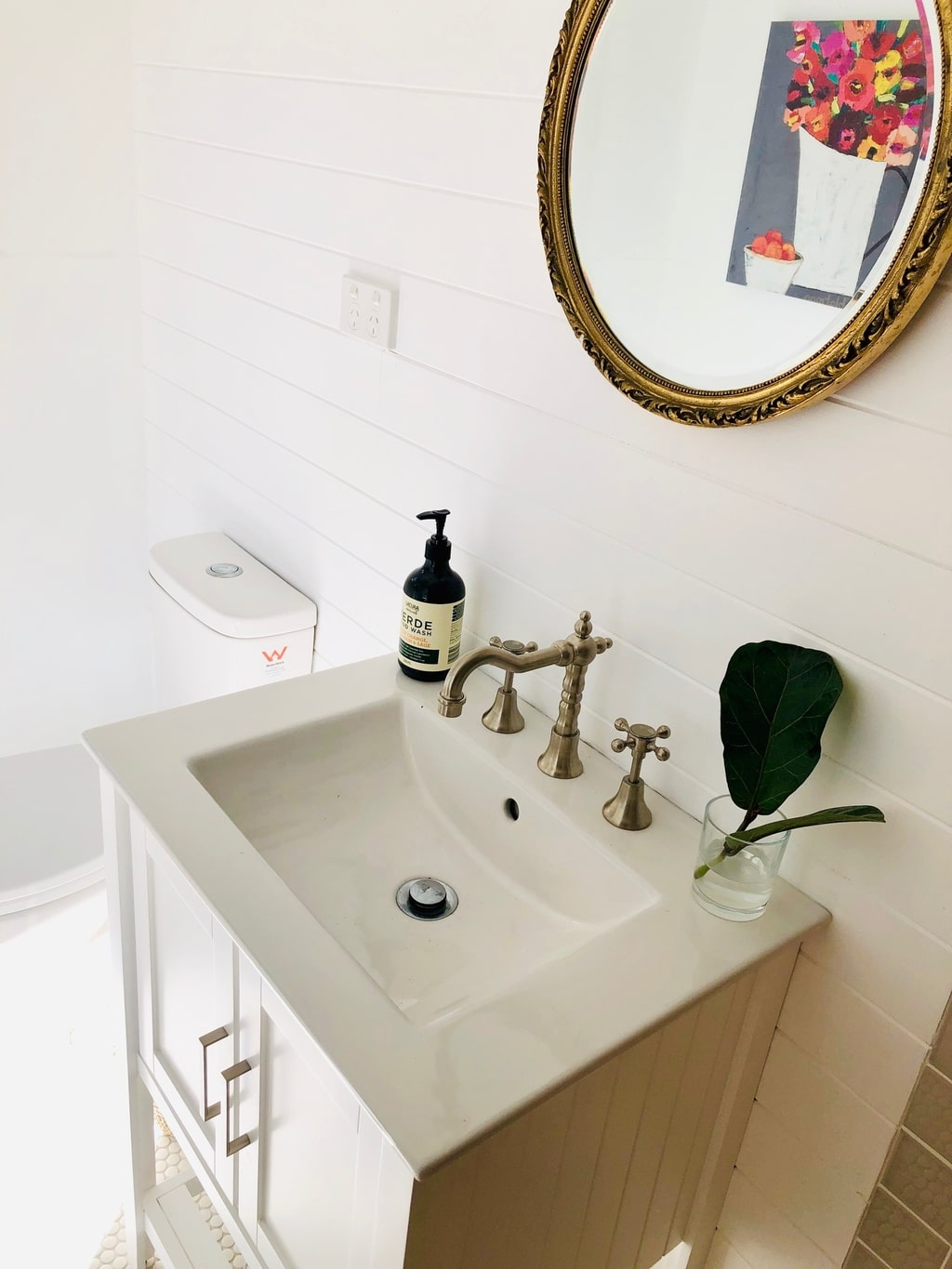 Guest house in ACT: vanity